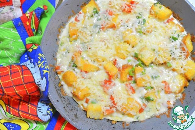 Сыр натереть на мелкой терке и высыпать ровным слоем на омлет. Закрыть крышкой и дать постоять минуту, чтобы сыр расплавился.