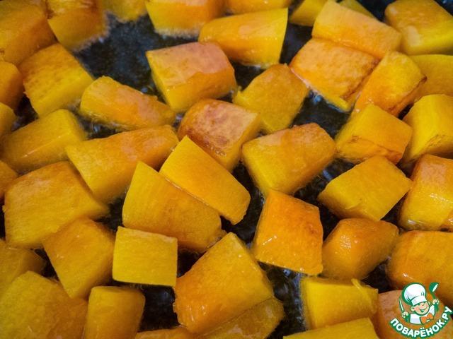 """На сковороде разогреваем немного растительного масла и на сильном огне обжариваем """"брусочки"""" тыквы до золотистого цвета."""