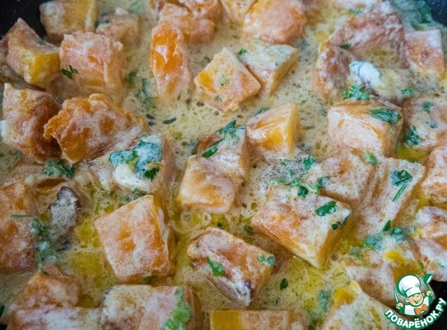Добавляем соус к тыкве, солим и перчим по вкусу, аккуратно перемешиваем и накрываем крышкой. Тушим на медленном огне 5-10 мин. Кусочки тыквы должны стать мягкими, но остаться целыми.