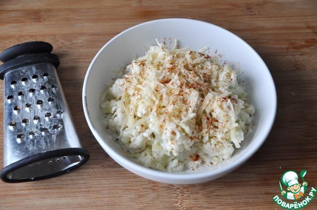 Посыпаем тёртым сыром и сладкой паприкой. Ставим в микроволновую печь на полную мощность на 3 минуты (до расплавления сыра).