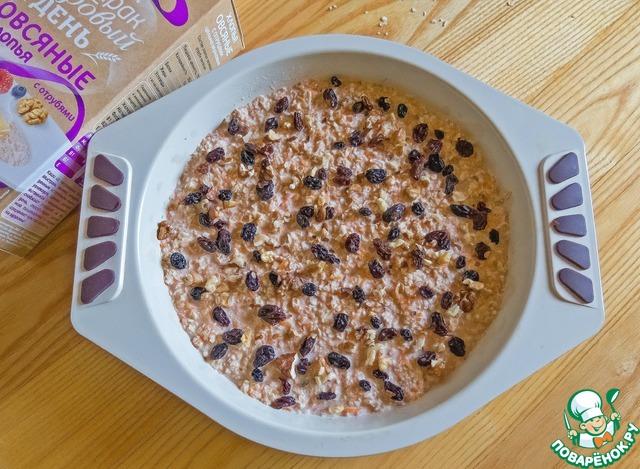 Посыпаем сверху чистым, распаренным изюмом и рублеными грецкими орехами. Отправляем выпекаться в заранее разогретую до 190 градусов духовку на 40-50 мин.