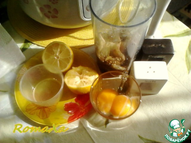 Отправляем баклажаны в стакан для блендера, добавляем желтки, выжимаем сок половины лимона, солим и перчим по вкусу