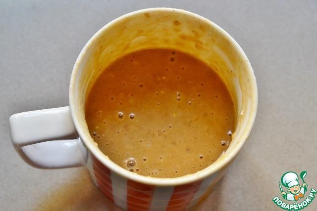 Для бананового кекса кладем в чашку и растапливаем 1 ст. л. масла. Затем добавляем яйцо, молоко, размятый вилкой банан и перемешиваем.   Затем добавляем 2 ст. л. коричневого сахара, муку и разрыхлитель теста. Хорошенько перемешиваем и ставим в микроволновку на 2 минуты (мощность 800 ватт).