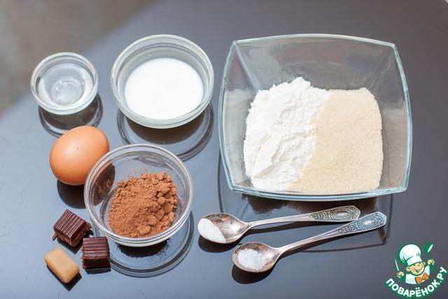 Шоколадный кекс с соленой карамелью.       Смешать муку, сахар, какао-порошок и разрыхлитель. Добавить яйцо, молоко и раст. масло. Перемешать.