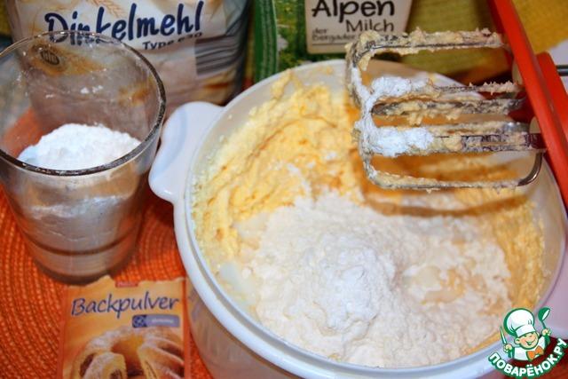 Муку смешать с разрыхлителем и постепенно ввести в тесто, в 3-4 приема, чередуя с молоком.