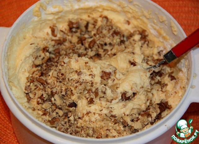 Высушеные орехи порубитить ножом и добавить в тесто