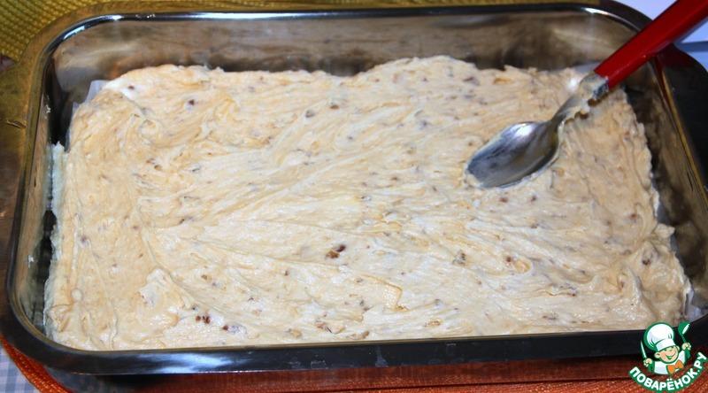 Противень (30 х 40 см) смазать маслом, застелить дно бумагой для выпечки, выложить и разровнять тесто