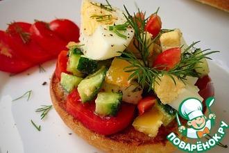 Хрустящая булочка с яйцом и овощами