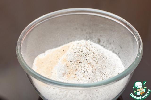 Муку просеять, всыпать соль, сахар и черный молотый перец