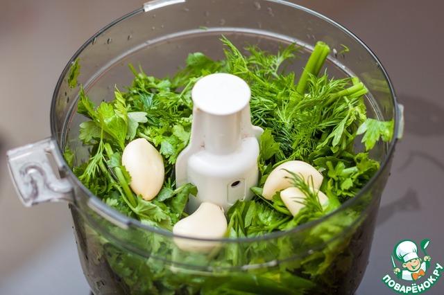 Переложить в кухонный комбайн, добавить соль и очищенный чеснок