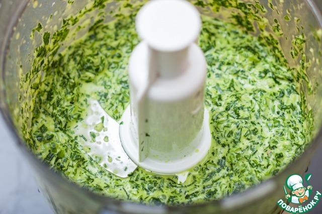 В пульсовом режиме измельчить зелень, подливая оливковое масло.
