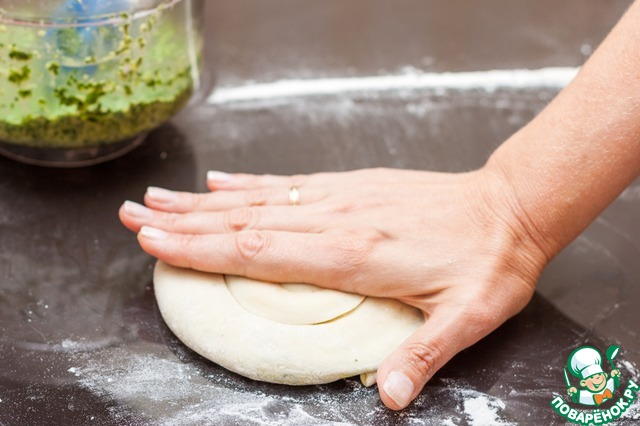 Если лепешки получились толстоватыми, аккуратно прижмите их рукой или слегка раскатайте скалкой. Тесто может рваться, пусть вас это не смущает.