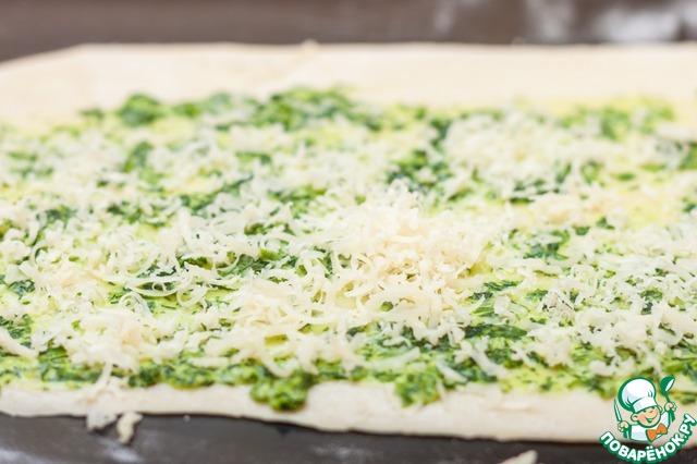 Кроме зелени, к остальным лепешкам можно добавить натертый сыр, рубленное отварное яйцо или творог. Кстати, если чеснок в начинке смущает, его можно не добавлять, но уверяю вас, после тепловой обработки запаха не остается, лишь легкое приятное послевкусие.   Обжарьте лепешки на растительном масле с двух сторон до золотистого цвета, под крышкой, на среднем огне. Корочка у готовых лепешек будет очень похожа на чебуреки - хрустящая и пузырчатая за счет минеральной воды.