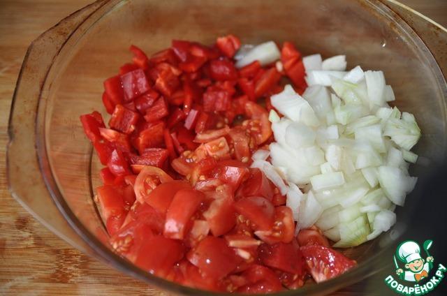 Сначала готовим соус. Берём помидоры, болгарский красный перец, репчатый лук, моем, чистим, режем кубиками, кладём в посуду для СВЧ печи.
