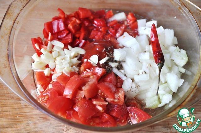 Кладём нарезанный пластинками чеснок, наливаем растительное масло, солим, перчим, добавляем около стакана воды, чтобы соус не был густым.