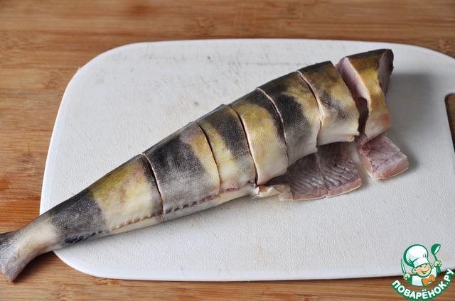 Пока тушатся овощи, берём рыбу, чистим.   Для этого рецепта лучше брать белую рыбу, некостлявую.    Я взяла окунь-терпуг.    Режем рыбу на куски размером около 3 см.