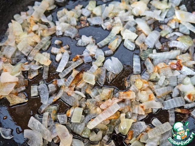 Лук мелко режем и обжариваем на сковороде до мягкости и приятной золотистости на сливочном масле.