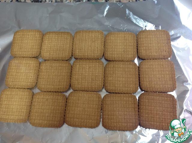 На алюминиевую бумагу выложить печенье в три ряда