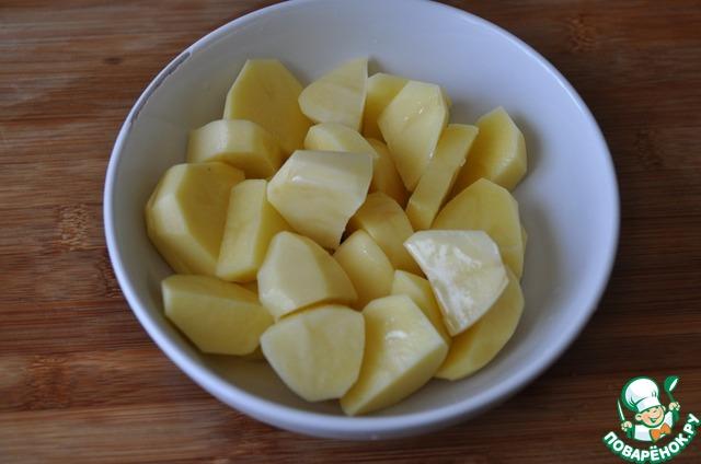 Берём удобную тарелку или форму для микроволновой печи. У меня обычная фарфоровая глубокая тарелка.   Картофель моем, чистим, режем дольками, поливаем подсолнечным маслом.