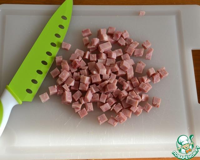 Тем временем нарезать небольшими кубиками вареную ветчину.
