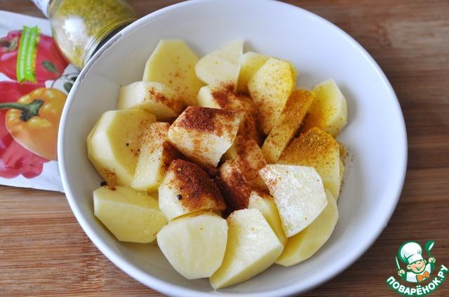 Посыпаем картофель свежемолотым порошком карри и сладкой паприкой.   У меня в состав карри входит: пажитник, куркума, семена горчицы, кориандр, паприка, кумин, перец чёрный.