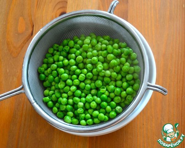 Одновременно подготовить зеленый горошек. Его можно либо отварить в пароварке, либо непосредственно в кипящей воде около 3-4 минут, не доводя до полной готовности, когда горошек еще сохраняет свой свежий зеленый цвет.