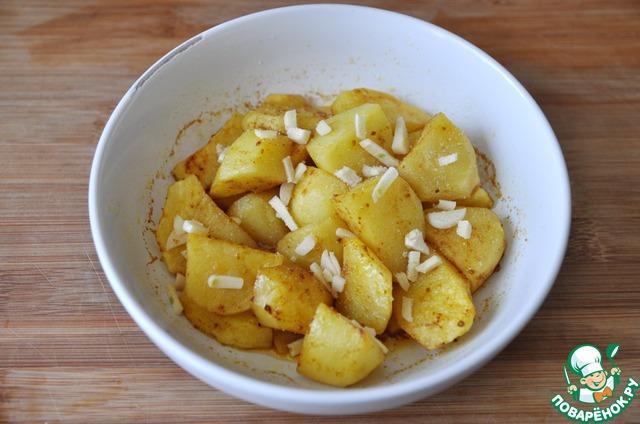 Через 8 минут достаём картофель, посыпаем солью, мелкорубленным чесноком, опять накрываем крышкой и ставим ещё на 2 минуты на полную мощность в микроволновку.
