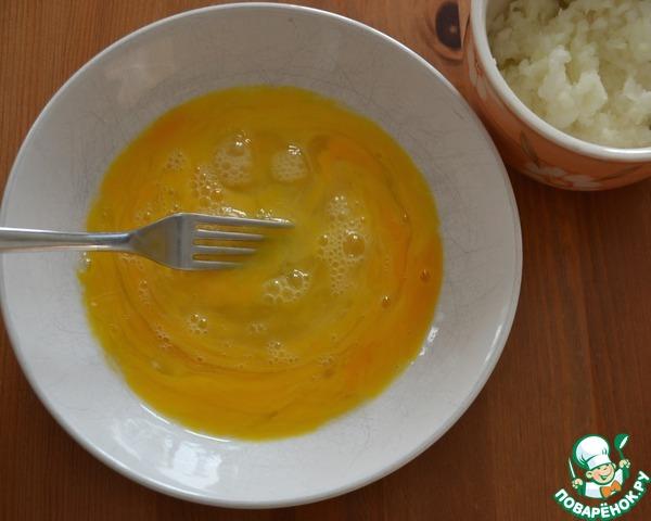 Разбить в миску три яйца и размешать вилкой. Добавить к яйцам половину измельченного лука.