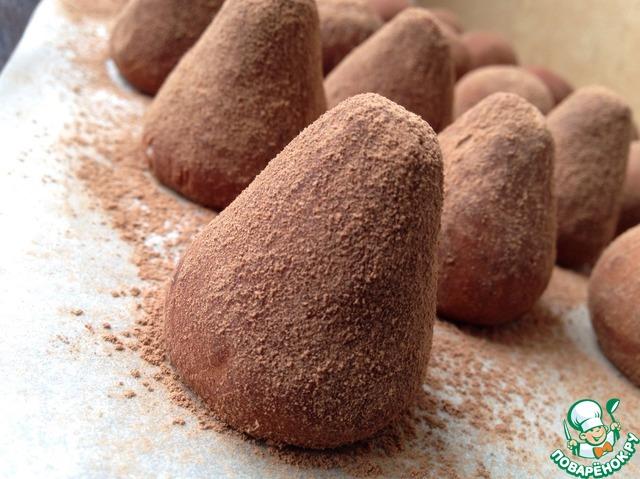 Из получившейся массы сформировать конфеты, форма может быть любой! Обвалять их в какао, либо шоколадной или вафельной крошке. Получится 18-20 конфеток.    Охладить в холодильнике.    Хранить в холодильнике!