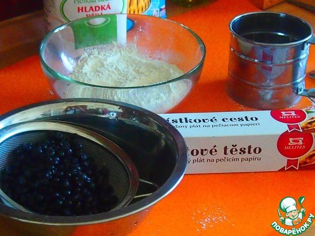Муку просеять, смешать с разрыхлителем, чернику помыть и обсушить. Кроме черники здесь можно использовать практически любые ягоды или виноград, сезон которого сейчас в самом разгаре.