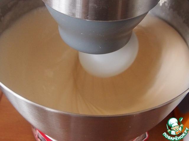 Яйца взбить с сахаром до густой пены. Не переставая взбивать постепенно добавить четыре столовых ложки очень горячей воды.