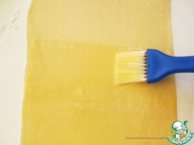 Заранее растопить сливочное масло, смазать поверхность лепешки