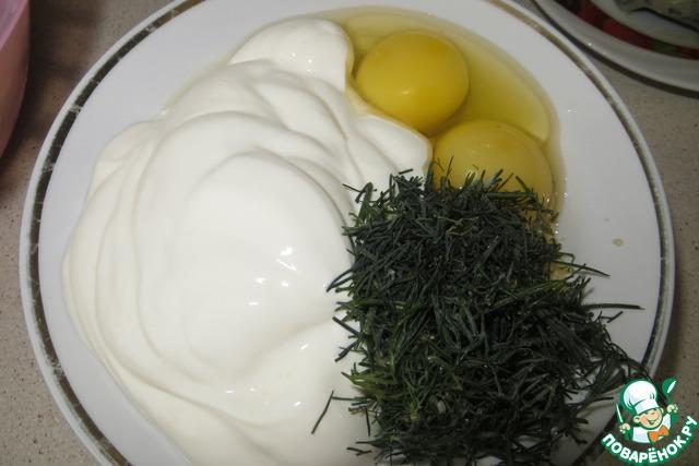 Вбить два яйца, добавить сметану и зелень укропа (у меня укроп замороженный). Все хорошенько перемешать