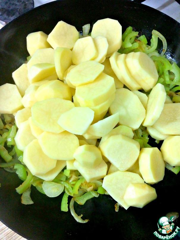 Картофель порезать кружочками. Сильно тонко не надо, а то развалится в сковороде. Добавить к овощам, перемешать.