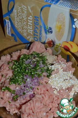 К фаршу добавить измельченный лук, чеснок, петрушку, специи и отруби.