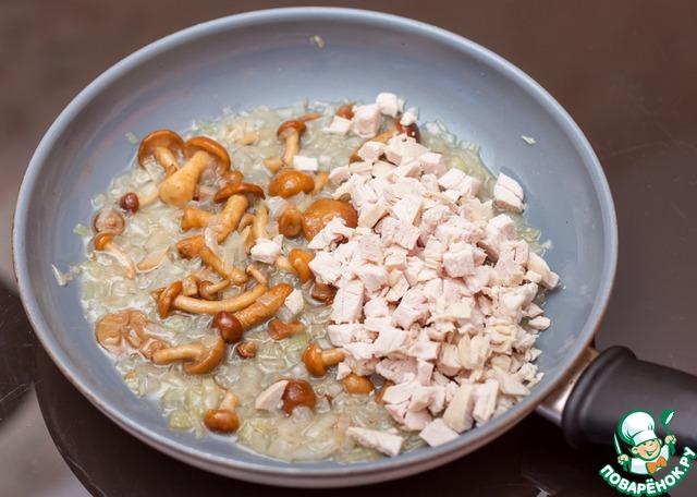 Как только грибы пустят сок, добавить филе индейки, нарезанное мелкими кубиками. Индейка пропитается грибными соками и станет сочной и ароматной. Посолить, поперчить и жарить до готовности грибов - примерно 10 минут.