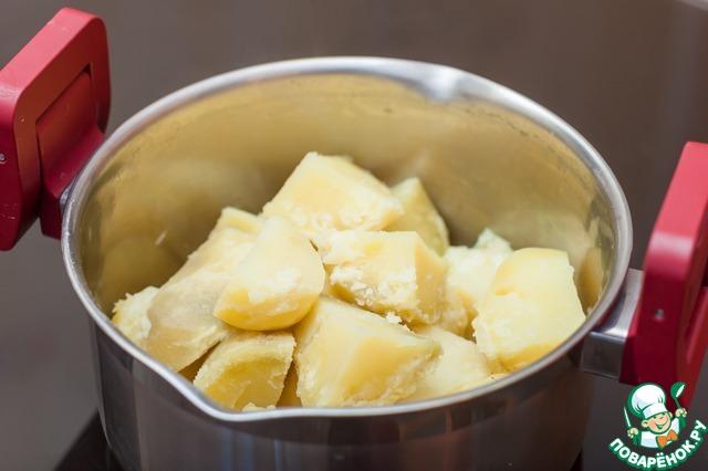 Картофель очистить и отварить в подсоленной воде. Слить воду, снять крышку с кастрюли и дать постоять 5 минут, чтобы вышел пар и картофель подсох