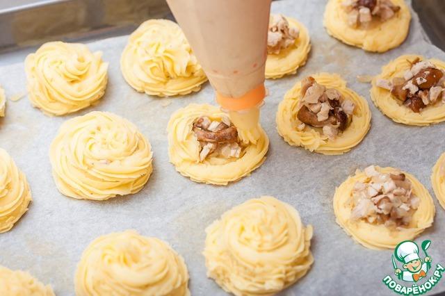 И закрыть начинку спиралью из картофельного пюре. Запекать в духовке при Т200С 10 минут на режиме конвекция.