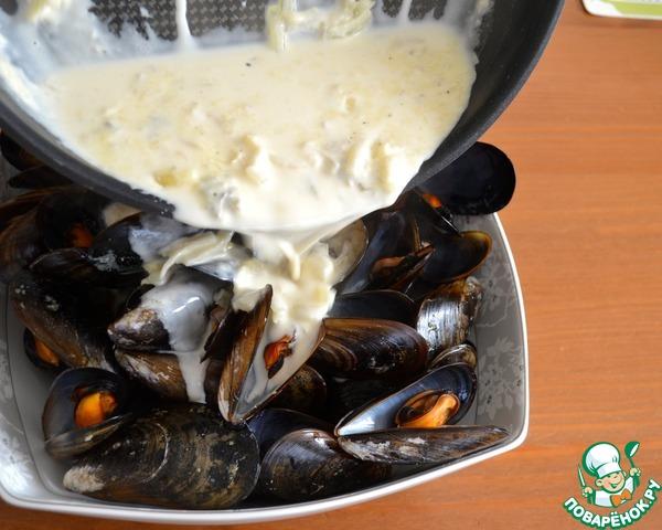 Из сковороды с мидиями слить лишнюю жидкость (оставить совсем немного...), выложить их в глубокое блюдо и залить мидии полученным соусом! Как следует перемешать