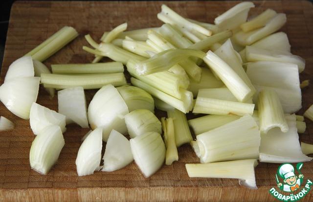 Нарезать крупно черешковый сельдерей и репчатый лук.