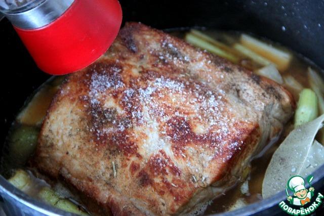 Затем мясо, овощи и соус хорошенько посолить и поперчить, добавить лавровый лист, закрыть крышкой (следите, чтобы посуда была без пластмассовых деталей!) или фольгой.   Отправить сотейник в разогретую духовку. Можно отвлечься на другие дела приблизительно на 35 мин., если у Вас есть готовый (замороженный) бульон для рисового гарнира или Вы планируете совершенно другой гарнир.