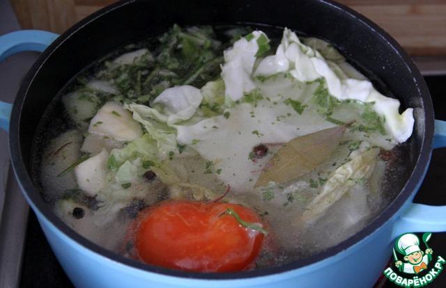 На гарнир к этой свинине предлагается приготовить рис, в духовке.        Для этого нужен - бульон и рис.    У меня не было готового куриного бульна, поэтому параллельно на плите я варила овощной...