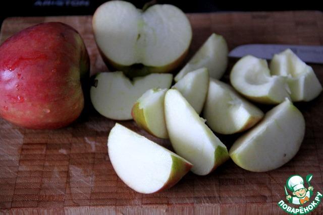 Чрез 25 мин. помыть яблоки, нарезать четвертинками, вынув серцевину