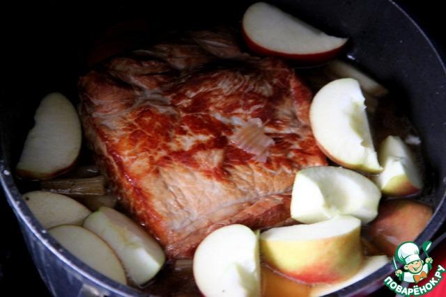 Добавить яблочные дольки к мясу, мясо перевернуть. Продолжать все томить в духовке еще 25 мин., до готовности риса...