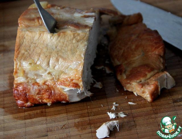 Нарезать мясо кусочками (на свое усмотрение, я люблю - вдоль, пластинами), оно настолько рассыпчатое, что нужно применять только острейший нож!