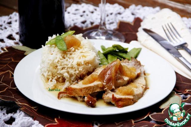 Очень часто во французской кухне, при подаче к мясу, используется зеленая стручковая фасоль.     У меня были стручки сахарной фасоли в заморозке: разморозить в СВЧ с добавлением щепотки сахара и соли или в кипящей воде около 3 мин.        Полить соусом мясо и рис (мякоть яблока придаст густоту соусу).