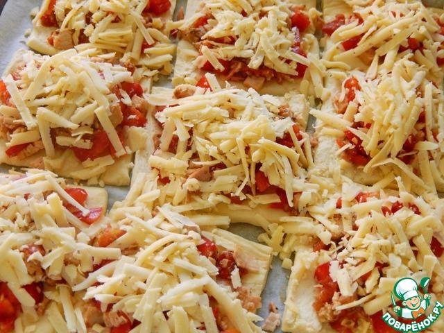 Натереть сыр и распределить на наших бутербродах. Поставить выпекаться на 15-20 минут. Главное не пересушить.