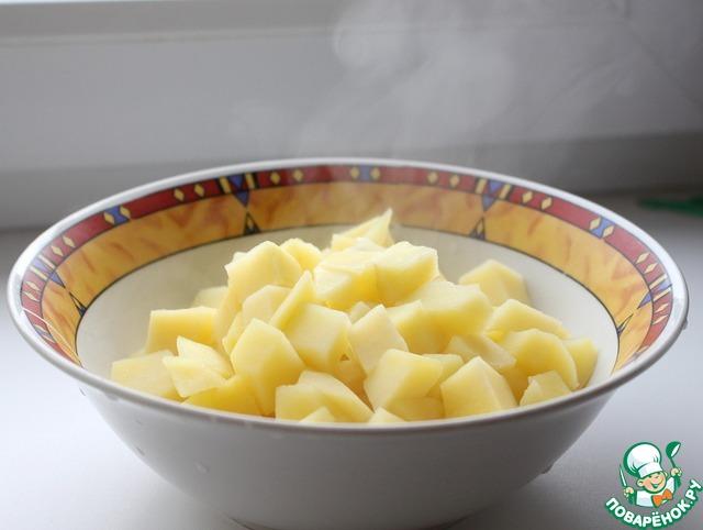 Забросить в кипящую подсоленную воду и варить в течение 4-5 минут. Картофель должен стать чуть мягче. Важно не переварить! Воду тщательно слить.