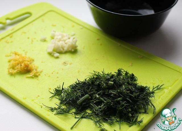 Чеснок и зелень мелко нарезать. Натереть на мелкой терке цедру половины лимона. Выжать сок лимона так, чтобы получилось 1-2 ст. л. (по вкусу, я люблю цитрусовую нотку, поэтому добавляю 2-3 ст. л.).