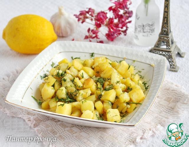 Когда картофель практически готов, добавить соль, перец, чеснок, лимонную цедру и мускатный орех. Жарить еще 1-2 минуты. По желанию готовый картофель ненадолго (чтобы он не остыл) выложить на бумажное полотенце. Заправить растопленным сливочным маслом, лимонным соком и зеленью, тщательно перемешать. Немедленно подать к столу.